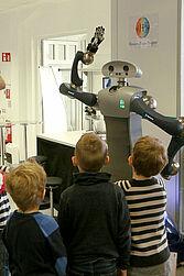 Kinder erkundeten Roboter im FZI. Foto: pm