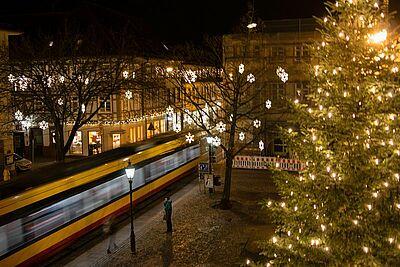 Die Linie 1 in der Durlacher Altstadt zur Adventszeit. Foto: cg