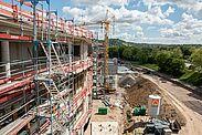 Von unten nach oben werden im Neubau die Fenster eingesetzt. Fotos: cg