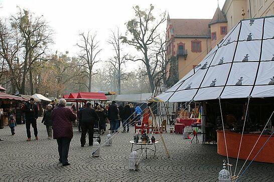 16 Mittelalterlicher Weihnachtsmarkt (Mittagszeit) - Viele Durlacher verbringen auf dem Mittelalterlichen Weihnachtsmarkt ihre Mittagspause – hier ein paar Impressionen. (50 Fotos)