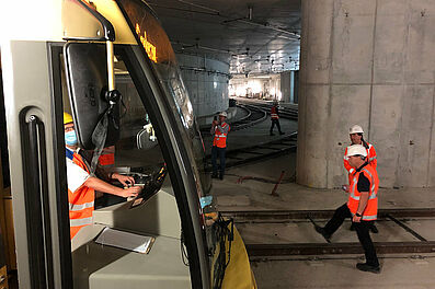 """Durchfahrt im Gleisdreieck: Auch hier wurde genau beobachtet, ob alles """"passt"""". Foto: KASIG"""