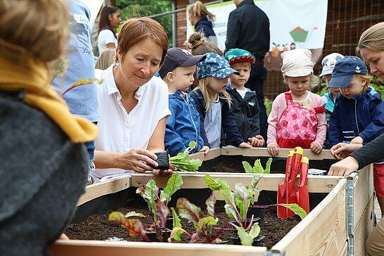 """13 """"GemüseAckerdemie"""" der Kita Zwergenstübchen in Aue - Seit diesem Frühjahr lernen rund 60 Kinder im Hinterhof ihrer Kita alles Wichtige über verschiedene Gemüsesorten. (20 Fotos)"""
