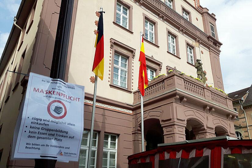 Trauerbeflaggung vor dem Durlacher Rathaus. Foto: cg