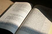 Im Mittelpunkt der Wanderausstellung steht die Bibel. Foto: cg
