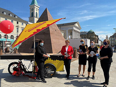 """Auf den Sattel, fertig los: Mobile Tourist-Information Karlsruhe auf den Namen """"KAline"""" getauft. Foto: pm"""