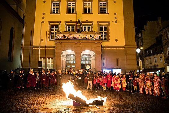 25 Fastnachtsbeerdigung - Am Abend des Faschingdienstags bricht auf dem Marktplatz mit der Fastnachtsbeerdigung das Ende der närrischen Zeit in Durlach herein. (38 Fotos/1 Video)