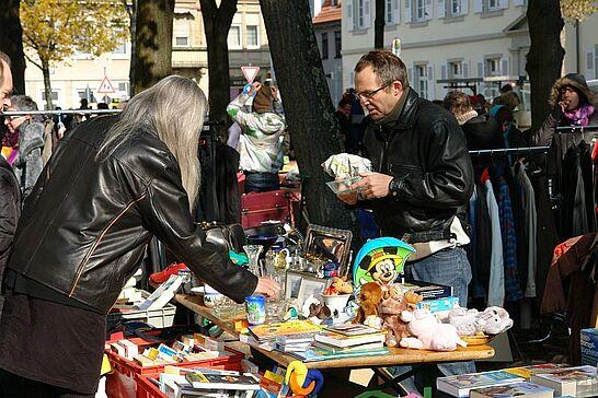 22 81. Kruschtlmarkt - Vor dem herrlichen Hintergrund der Durlacher Karlsburg findet einer der schönsten Flohmärkte in der Umgebung statt. (49 Fotos)