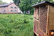 """Hotels für kleine Bewohnerinnen und Bewohner: Auch in der Untermühlsiedlung wurde durch die """"Volkswohnung"""" eine Nisthilfe für Wildbienen & Co aufgestellt. Foto: cg"""