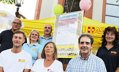 Gemeinsam für die Idee: Ursula Gangnus und Fabian Manske (weiße T-Shirts) finden als Pflegebegleiter unter dem Dach des ASB in Durlach viele Unterstützer. Foto: ASB Region Karlsruhe
