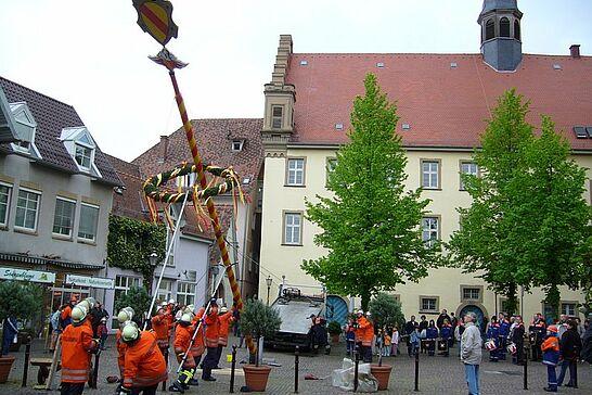 30 Maibaumstellen auf dem Saumarkt - Die Tradition des Maibaumstellens wird in Durlach durch die Freiwillige Feuerwehr seit einigen Jahren wieder gepflegt. (8 Fotos)