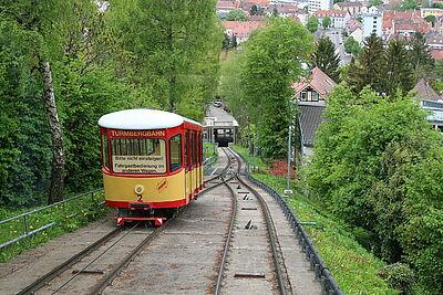 Seit 1888 erschließt die Turmbergbahn das Ausflugsgebiet rund um den 256 Meter hohen Turmberg. Sie ist die älteste noch im Betrieb befindliche Standseilbahn Deutschlands. Foto: cg
