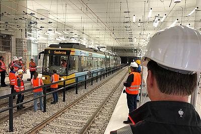 Aussteigen, kontrollieren, einsteigen: Die Techniker hatten heute alle Hände voll zu tun, um Pläne und Umsetzung abzugleichen. Foto: KASIG