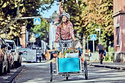 Mit Lastenfahrrädern (auch Cargobikes genannt) lassen sich auch schwere und sperrige Dinge transportieren – beispielsweise der wöchentliche Einkauf. Foto: Heiko Simayer / Ministerium für Verkehr BaWü
