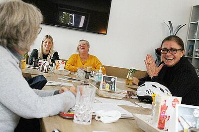 Ortsvorsteherin Alexandra Ries (rechts) zu Gast beim Café Auszeit der ASB-Pflegebegleiter. Foto: pm