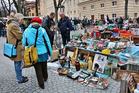 19 105. Kruschtlmarkt - Vor dem herrlichen Hintergrund der Durlacher Karlsburg findet einer der schönsten Flohmärkte in der Umgebung statt. (47 Fotos)