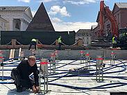 Die Vorbereitungen für die Wasserspiele nördlich der Pyramide sind nahezu abgeschlossen. Foto: KASIG/Winkel