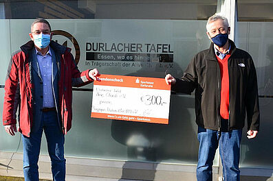 Spendenübergabe an Durlacher Tafel (v.l.): 1. Vorsitzender Roger Hamann und Henner Lindenberg (Durlacher Tafel). Foto: Bügda