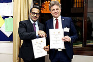 Strategische und thematische Partnerschaft: Municipal Commissioner Kunal Kumar (l.) und OB Dr. Frank Mentrup unterzeichneten im Goethe-Institut in Pune eine Absichtserklärung. Fotos: jowaka