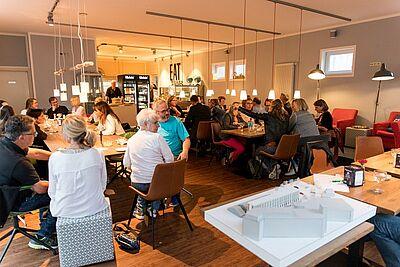 """Netzwerken in der """"Coffee Boxx"""" beim FORUM DurlacherLeben. Fotos: cg"""