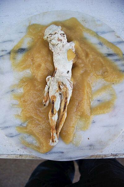 """Pavel Miguel, """"Muerte por dulzura"""", Gips, gekochte Kondensmilch, Marmor, 40 cm Durchmesser, 2021. Foto: zettzwo"""