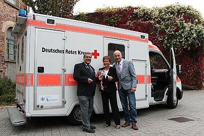 Freude über Spende: DRK-Vorsitzender Bernhard Wachter, Renate Achtmann und Stadtamts-Vertreter Roland Laue. Foto: ac