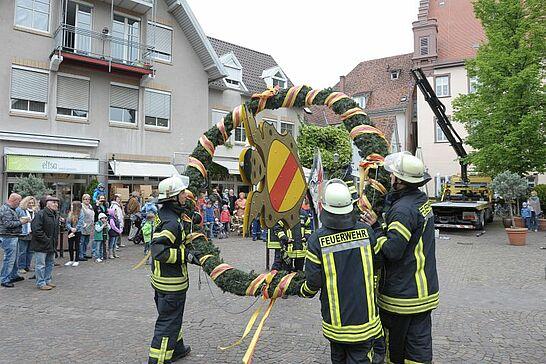 30 Maibaumstellen in Durlach - Der Maibaum wurde auf dem Saumarkt durch die Freiwillige Feuerwehr gestellt. Anschließend ging es zum Feiern ins Gerätehaus. (50 Fotos)