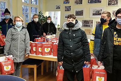 """60 Weihnachtstüten, die individuell von Schülerinnen und Schülern der """"Pesta"""" befüllt wurden, konnten für die Aktion """"Freude schenken"""" überreicht werden. Foto: pm"""