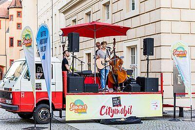 DAS FEST Citymobil wird auch diesem Sommer in Karlsruhe unterwegs sein – wie hier im vergangenen August vor der Karlsburg. Foto: cg