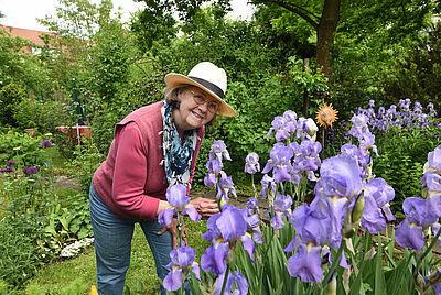 """Gisela von Birckhahn ist mit ihrem Durlacher Garten begeisterte Teilnehmerin der """"Offenen Pforte"""". Foto: GBA, Stadt Karlsruhe"""