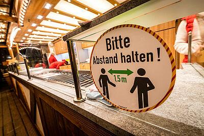 Auch das gastronomische Angebot vor der Karlsburg musste Mitte Dezember eingestellt werden. Foto: cg