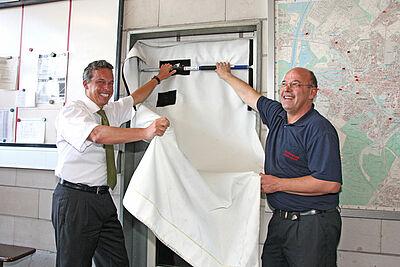 Gleich ausprobiert: Unternehmer Ralf Achtmann und Abteilungskommandant Roland Ernst. Fotos: cg