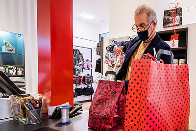 Aufatmen im Einzelhandel: Ab Montag können Kunden ohne vorherigen Test wieder in den Geschäften einkaufen. Foto: cg