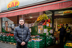 """Marktleiter Nico Sandhaas beim Auftakt der Aktion """"Geschützter Einkauf"""". Fotos: cg"""