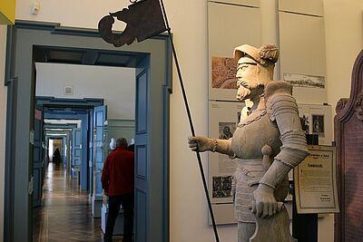 """Die Originalstatue vom """"Karle mit de Dasch"""" steht im Pfinzgaumuseum. Fotos: cg"""