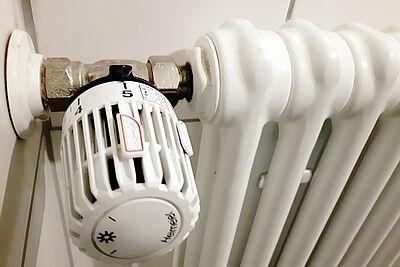 Auf die richtige Temperatur kommt es an: Jedes Grad mehr erhöht die Heizkosten um 6 Prozent. Foto: cg