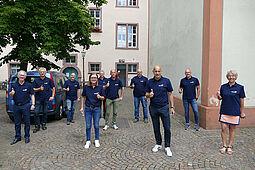 Ortsvorsteherin mit Hausmeistern und Abteilungsleitern des Stadtamtes Durlach unterstützen #DuFürDurlach. Foto: sta
