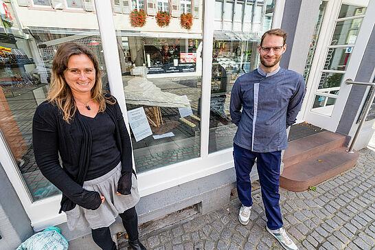 """07 #DuFürDurlach: Spendenaktion """"Lebkuchen-Sternenzerstörer"""" - Im Schaufenster des Café Kehrle ist ein aus Lebkuchen bestehender """"Sternzerstörer"""" zu bstaunen. (1 Video/16 Fotos)"""