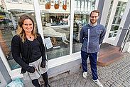 Nadine Mössinger, Leiterin des Kinder- und Jugendhauses Durlach, freut sich zusammen mit Konditormeister Andreas Kehrle auf Gebote für den Sternenzerstörer. Foto: cg