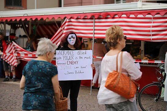 """Juli - Schüler demonstrieren gegen Rassismus und für Vielfalt, das Musikforum sucht """"musikalisches Asyl"""" in Aue und die Kultur in Karlsruhe zeigt sich kreativ. (2 Galerien/1 Video)"""