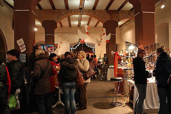 11 Durlacher Martinsmarkt - Der vorweihnachtliche Martinsmarkt im Rathausgewölbe und der stimmungsvolle Sankt-Martins-Umzug luden 2011 bereits zum 21. Mal ein. (20 Fotos)