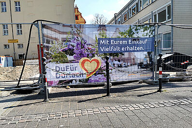 #DuFürDurlach-Banner am Bauzaun in der Marstallstraße an der Schloss-Schule. Foto: om