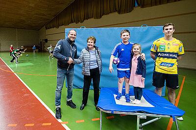 Jochen Wackershauser vom Förderverein der Handballer nahm die Spende mit Freude von Renate Achtmann entgegen. Foto: cg