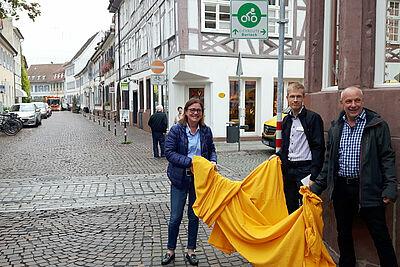 Eröffnung der neuen Cityroute an der Ecke Amthaus-/Pfinztalstraße durch Ortsvorsteherin Alexandra Ries, Matthias Günzel vom Ordnungsamt (Mitte) und Ulrich Wagner vom Stadtplanungsamt. Foto: cg