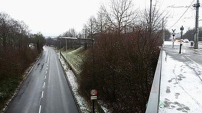 Untermühlsiedlung: Die Brücke über die alte B10 und die Unterführung im Bahnhof stellen die Verbindung zu Durlach her. Foto: cg