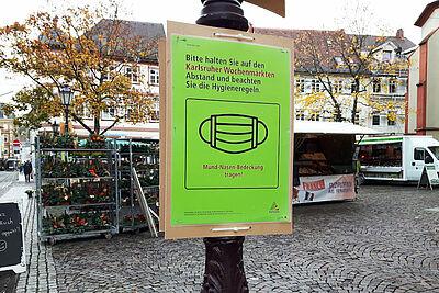 Das Einhalten der AHA-Regeln schützt einen selbst und das Gegenüber – wie hier auf dem Durlacher Wochenmarkt, wo Maskenpflicht gilt. Foto: cg