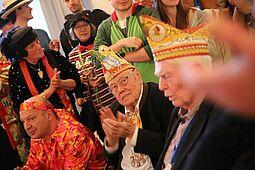 Auch bei der Durlacher Rathausfastnacht ein regelmäßiger und gern gesehener Gast: Alt-Oberbürgermeister Gerhard Seiler (Mitte). Foto: cg