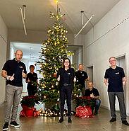 Der Christbaum kann dieses Jahr im 1. OG des Durlacher Rathauses bestaunt werden. Ortsvorsteherin Alexandra Ries (Mitte) und ihr Team sind begeistert. Foto: sta