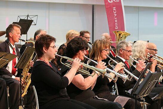 05 Musikforum Durlach: Konzert im Lichthof - Zu einem der Highlights im Konzertjahr des Musikforums präsentierten sich die drei Orchester erstmals im Lichthof des BGV. (68 Fotos)