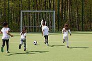 Fußball verbindet – wie hier auf dem neuen Bolzplatz in der Untermühlsiedlung. Foto: cg