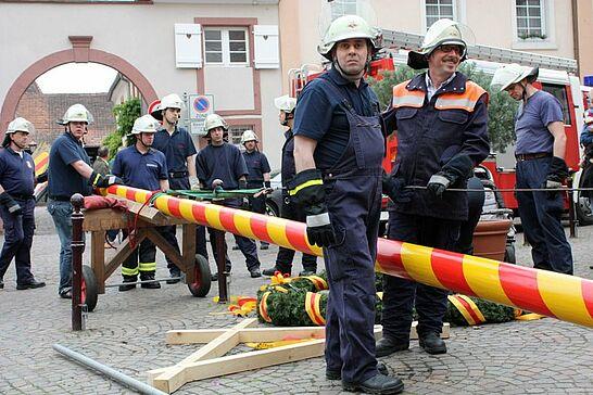 30 Maibaumstellen auf dem Saumarkt - Die Tradition des Maibaumstellens wird in Durlach durch die Freiwillige Feuerwehr seit einigen Jahren wieder gepflegt. (28 Fotos)